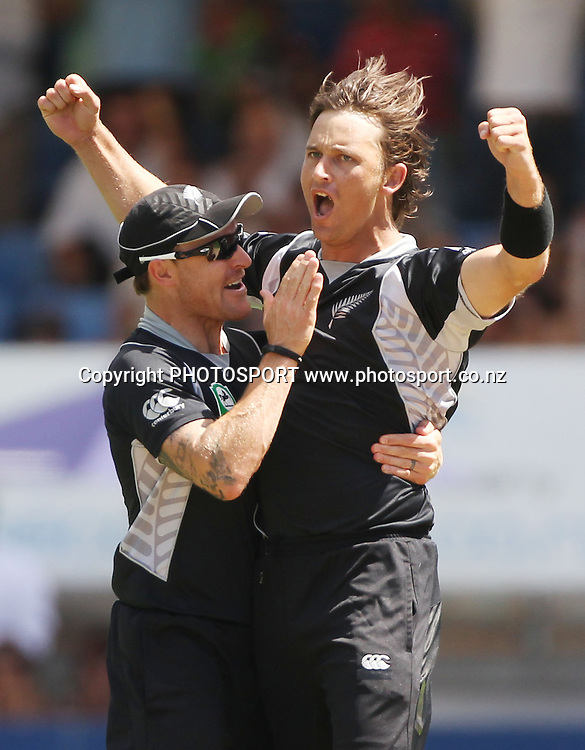 New Zealand fast bowler Shane Bond celebrates the dismissal of Michael Clarke.<br />