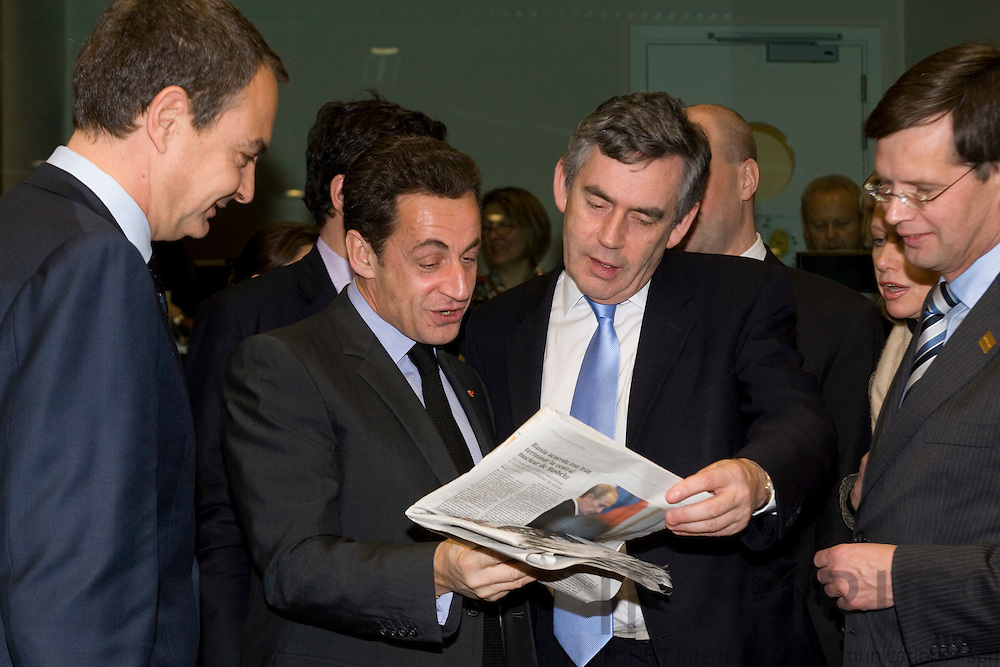 BRUSSELS - BELGIUM - 14 DECEMBER 2007 -- EU SUMMIT -- Nicolas SARKOZY (Mi), The French President, are having a laugh with the Spanish Prime Minister Jose Luis Rodriguez ZAPATERO (Le) and Gordon BROWN (Ri), British Prime Minister, about a picture in the spanish newspaper El Pais, with Jan Peter BALKENENDE, Dutch Prime Minister following them.  Photo: Erik Luntang