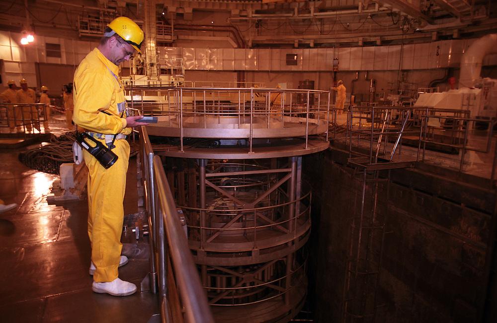 Temelin/Tschechische Republik, Tschechien, CZE, 25.06.2004: Ein Mitarbeiter des Atomkraftwerks Temelin beim durchf&uuml;hren von Kontrollmessungen im Reaktorraum 2 des Atomkraftwerks. Der Reaktor 2 war zu dieser Zeit heruntergefahren. Im Hintergrund die Reaktorgrube im Reaktorgeb&auml;ude 2. Das Kernkraftwerk steht 24 Km von der Stadt Ceske Budejovice entfernt.<br /> <br /> Temelin/Czech Republic, CZE, 25.06.2004: Worker doing a control survey in the dry well 2 of the  Nuclear Power Station Temelin. Reactor 2 was at this time shut down. The Nuclear Power Plant Temelin is located, approximately 24 km from the town of Ceske Budejovice.