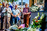 ROTTERDAM - Pim Fortuyn herdenking bij het beeld van Pim 16  jaar nadat hij is dood geschoten Deelnemers aan de stille tocht bij het stadhuis tijdens de jaarlijkse herdenking van de moord op politicus Pim Fortuyn.  ROBIN UTRECHT