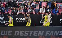 Basketball  1. Bundesliga  2017/2018  Hauptrunde  16. Spieltag  30.12.2017 Walter Tigers Tuebingen - MHP RIESEN Ludwigsburg Enttaeuschung Tigers; Jared Jordan, Kris Richard und Sid-Marlon Theis (v.li.) klatschen nach dem Spiel die Tigers Fans ab