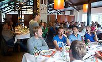 BLOEMENDAAL - Marc Benninga aan het woord. Ronald brouwer met  Mats de Groot, Glenn Schuurman. Floris Molenaar. Oud internationals Eby Kessing, Ronald Brouwer en Nick Meijer, alle spelers van Bloemendaal, namen afscheid met een afscheidsdrieluik. COPYRIGHT KOEN SUYK