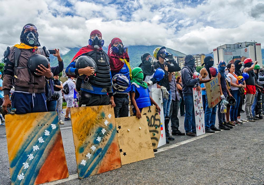 Los manifestantes cantan el himno nacional de Venezuela en protesta. Los manifestantes de la oposición se reunieron en la autopista Francisco Fajardo, cerca de la Base Aérea Francisco de Miranda, en La Carlota, para exigir a las Fuerzas Armadas Bolivarianas (FANB) - pacíficamente - poner fin a la brutal represión, . Caracas, 24 de junio de 2017. Protesters sing the national anthem of Venezuela in protest. Opposition protesters assembled on the Francisco Fajardo motorway, near Francisco de Miranda Air Force Base in La Carlota, to demand that the Bolivarian National Armed Forces (FANB) - peacefully - end the brutal repression, after being assassinated David Vallenilla last Thursday by an Aviation official. Caracas, June, 24, 2017