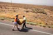 Teamleden helpen met het klaarmaken van de track. Het Human Power Team Delft en Amsterdam, dat bestaat uit studenten van de TU Delft en de VU Amsterdam, is in Amerika om tijdens de World Human Powered Speed Challenge in Nevada een poging te doen het wereldrecord snelfietsen voor vrouwen te verbreken met de VeloX 9, een gestroomlijnde ligfiets. Het record is met 121,81 km/h sinds 2010 in handen van de Francaise Barbara Buatois. De Canadees Todd Reichert is de snelste man met 144,17 km/h sinds 2016.<br /> <br /> With the VeloX 9, a special recumbent bike, the Human Power Team Delft and Amsterdam, consisting of students of the TU Delft and the VU Amsterdam, wants to set a new woman's world record cycling in September at the World Human Powered Speed Challenge in Nevada. The current speed record is 121,81 km/h, set in 2010 by Barbara Buatois. The fastest man is Todd Reichert with 144,17 km/h.