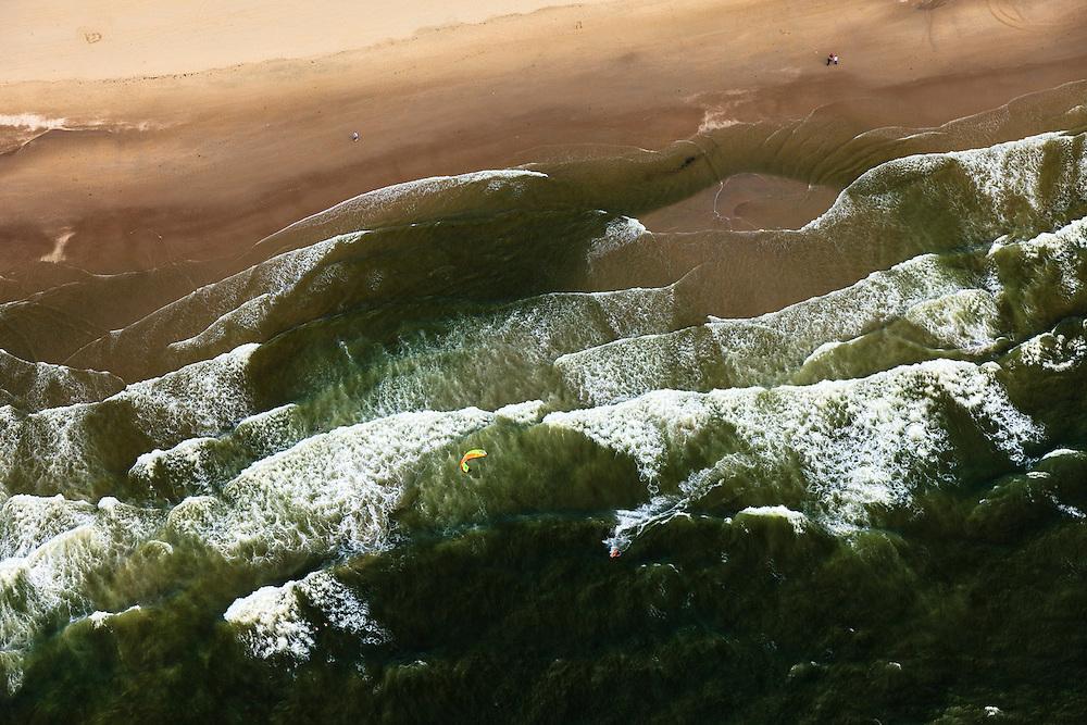 Nederland, Zuid-Holland, Gemeente Westland, 15-07-2012; Delflandse Kust ter hoogte van Ter Heijde en Monster. Kite surfer in de branding van de Zandmotor..Kite surfer surfing breakers of the Sand Engine for the coast of Ter Heijde (near the Hague). ..luchtfoto (toeslag); aerial photo (additional fee required) foto Siebe Swart / photo Siebe Swart