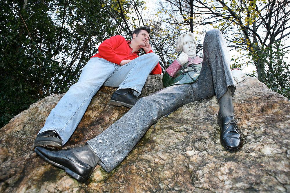 Lee posing as Morrissey at St Stephen's Green, beside Oscar Wilde statue, Dublin, December 2007