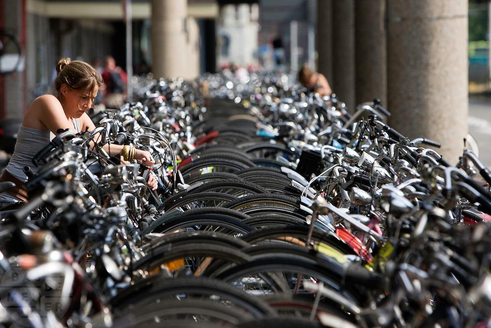Een meisje stalt haar fiets in een van de fietsrekken voor het centraal station in Utrecht.<br /> <br /> The bike park near Utrecht Central Station .