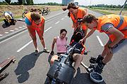 Jennifer Breet stapt uit de VeloX. Op een weg in Delft worden de eerste meters afgelegd met de nieuwe recordfiets, de VeloX 8. In september wil het Human Power Team Delft en Amsterdam, dat bestaat uit studenten van de TU Delft en de VU Amsterdam, tijdens de World Human Powered Speed Challenge in Nevada een poging doen het wereldrecord snelfietsen voor vrouwen te verbreken met de VeloX 8, een gestroomlijnde ligfiets. Het record is met 121,81 km/h sinds 2010 in handen van de Francaise Barbara Buatois. De Canadees Todd Reichert is de snelste man met 144,17 km/h sinds 2016.<br /> <br /> At a road in Delft the team tests the VeloX 8 for the first time. With the VeloX 8, a special recumbent bike, the Human Power Team Delft and Amsterdam, consisting of students of the TU Delft and the VU Amsterdam, also wants to set a new woman's world record cycling in September at the World Human Powered Speed Challenge in Nevada. The current speed record is 121,81 km/h, set in 2010 by Barbara Buatois. The fastest man is Todd Reichert with 144,17 km/h.