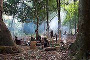 Un camp jarawa. Durant la saison sèche, ils dorment à la belle étoile. Des lits de feuilles sont disposés autour des foyers dont les braises sont entretenues en permanences. Les femmes bavardent en s'occupant des enfants.