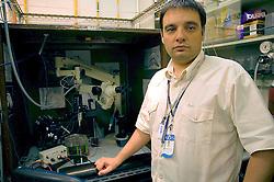 O neurocirurgião argentino, Martin Camarotta, veio ao Brasil em busca de melhores condições de trabalho e hoje é pesquisador da Pontificia Universidade Catolica do Rio Grande do Sul (PUCRS).  FOTO: Lucas Uebel/Preview.com