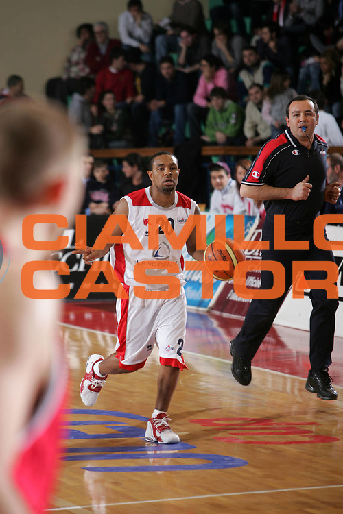 DESCRIZIONE : Reggio Emilia Uleb Cup 2005-06 Landi Renzo Reggio Emilia Bc Ventspils <br /> GIOCATORE : Mc Intyre <br /> SQUADRA : Landi Renzo Reggio Emilia <br /> EVENTO : Uleb Cup 2005-2006 <br /> GARA : Landi Renzo Reggio Emilia Bc Ventspils <br /> DATA : 07/02/2006 <br /> CATEGORIA : Palleggio <br /> SPORT : Pallacanestro <br /> AUTORE : Agenzia Ciamillo-Castoria/Fotostudio 13