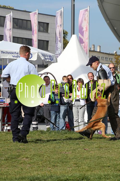 Ludwigshafen. 29.09.12 Rheingalerie. Vor und in der Rheingalerie pr&auml;sentieren sich Rettungs- und Einsatzkr&auml;fte.<br /> <br /> Bild: Markus Pro&szlig;witz 29SEP12 / masterpress /