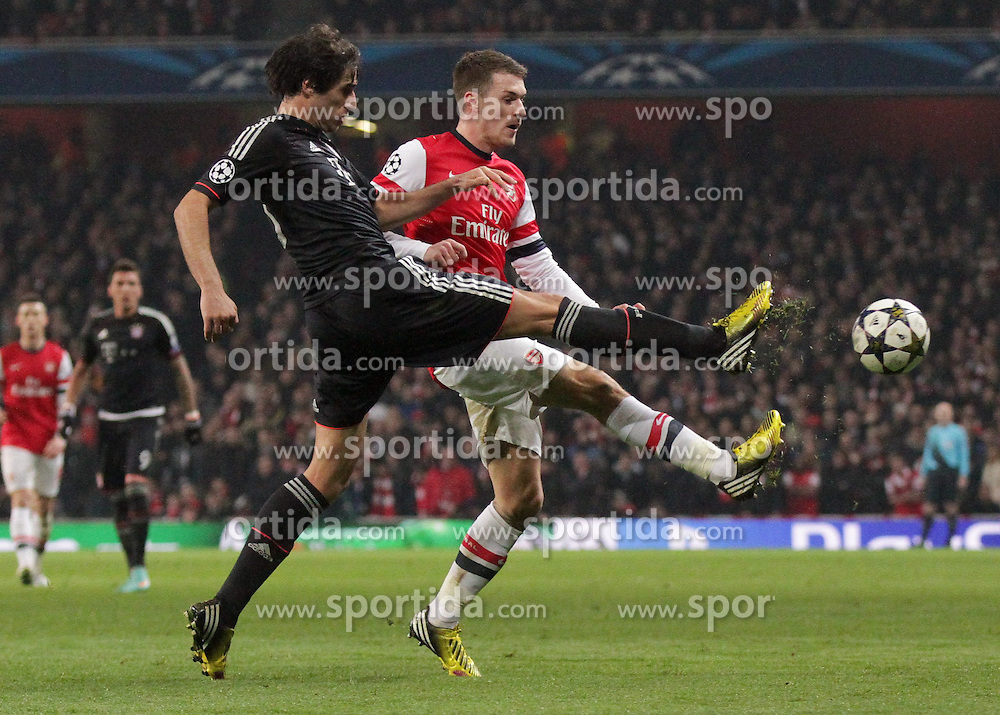 19.02.2013, Emirates Stadion, London, ENG, UEFA Champions League, FC Arsenal vs FC Bayern Muenchen, Achtelfinale Hinspiel, im Bild Javier MARTINEZ (FC Bayern Muenchen - 8) mit langem Bein gegen Aaron RAMSEY (FC Arsenal London - 16) // during the UEFA Champions League last sixteen first leg match between Arsenal FC and FC Bayern Munich at the Emirates Stadium, London, Great Britain on 2013/02/19. EXPA Pictures © 2013, PhotoCredit: EXPA/ Eibner/ Ben Majerus..***** ATTENTION - OUT OF GER *****