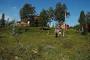 Familien fra Hell er sprekere enn de fleste og spaserer til hytta i Stugudal. Det vil si at de følger Turistforeningens løypenett fra Vinsmyra med overnatting på Kvitfjellhytta, Prestøyhytta og Schulzhytta på vegen til Ramsjøen. Forrest går Viktoria Steig Arstad (12) med gordonsetteren Kompis, mamma Janne Helen Stein og pappa Kjell A. Arstad. De to sistnevnte med sekker på henholdsvis 16 og 20 kilo på ryggen. Foto: Bente Haarstad