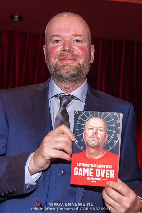 NLD/Rijswijk/20191119 - Boekpresentatie Raymond van Barneveld - Game Over, Raymond van Barneveld met zijn boek Game Over