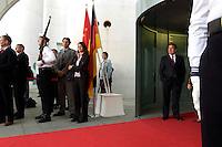2004, BERLIN/GERMANY:<br /> Gerhard Schroeder, SPD, Bundeskanzler, wartet im Eingangsbereich des Bundeskanzleramtes auf einen Staatsgast, links und rechts: Ehrenwache des Wachbataillons der Bundeswehr, Ehrenhof, Bundeskanzleramt<br /> IMAGE: 20040503-02-008<br /> KEYWORDS: Gerhard Schröder, Soldaten, Soldat