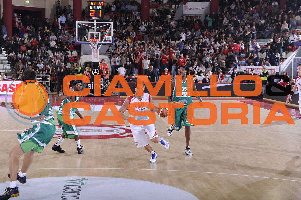 DESCRIZIONE : Teramo Lega A 2011-12 Bancatercas Teramo Sidigas Avellino<br /> GIOCATORE : <br /> CATEGORIA : <br /> SQUADRA : Bancatercas Teramo Sidigas Avellino<br /> EVENTO : Campionato Lega A 2011-2012<br /> GARA : Bancatercas Teramo Sidigas Avellino<br /> DATA : 30/10/2011<br /> SPORT : Pallacanestro<br /> AUTORE : Agenzia Ciamillo-Castoria/C.De Massis<br /> Galleria : Lega Basket A 2011-2012<br /> Fotonotizia : Teramo Lega A 2011-12 Bancatercas Teramo Sidigas Avellino<br /> Predefinita :