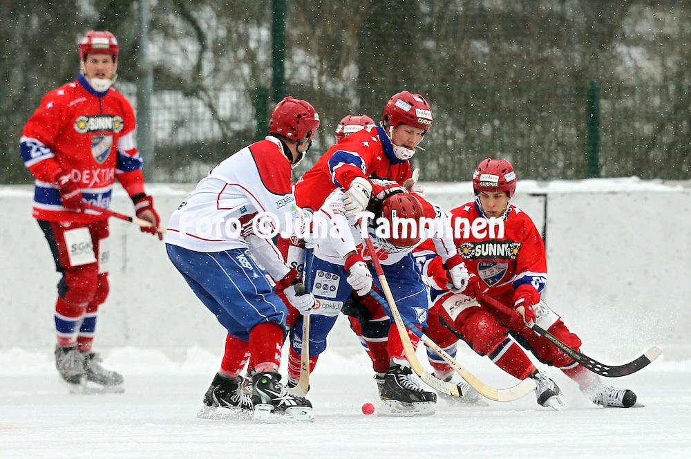 9.12.2012, Brahen kentt?, Helsinki. .Bandyliiga 2012-13, runkosarja..HIFK - Naruker?..Tommi Niittyl? &  Anssi H?nninen (87 - HIFK) v Axel Froms (Naruker?)..