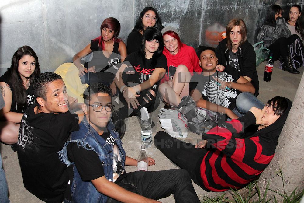 SAO PAULO, SP, 25.04.2015 – FILA MONSTERS OF ROCK / SAO PAULO – Caique (de jaqueta jeans) e seus amigos chegaram na fila por volta de 22 horas da sexta-feira. Movimentação na fila durante a madrugada deste sábado, 25, em frente ao sambódromo do Anhembi, zona norte de São Paulo, SP, para o festival Monsters of Rock. (Foto: Fernando Neves/ Brazil Photo Press).