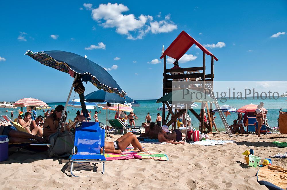 Salento - Puglia - Marina di Pescoluse - Spiaggia piena di bagnanti.