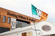 02-07-2015 VOETBAL:FORUM AVOND:WILLEM II:TILBURG<br /> In het Koning Willem II stadion werd vanavond een forumavond gehouden. Op de parkeerplaats staat Gary Adams, supporter van Bristol City, te overnachten in zijn camper. Hij gaat naar de Tour de France maar wilde langs zijn bevriende club in Tilburg en brengt op de parkeerplaats zijn nacht door.<br /> <br /> Foto: Geert van Erven