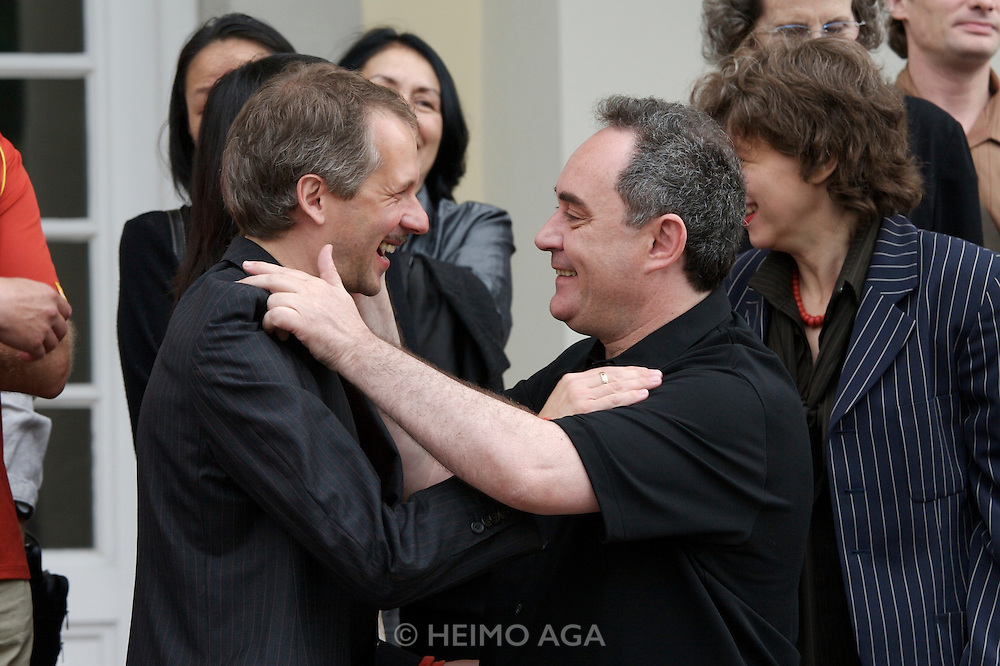 documenta12. Official photo op of documenta staff and artists at Fridericianum..Artistic Director Roger M. Buergel (l), Ferran Adria.