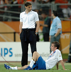 25-06-2006 VOETBAL: FIFA WORLD CUP: NEDERLAND - PORTUGAL: NURNBERG<br /> Oranje verliest in een beladen duel met 1-0 van Portugal en is uitgeschakeld / Marco van Basten en Rafael van de Vaart<br /> ©2006-WWW.FOTOHOOGENDOORN.NL