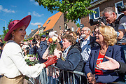 Koning Willem-Alexander en koningin Maxima bij het gemeentehuis van Neder-Betuwe tijdens het streekbezoek aan de Betuwe<br /> <br /> King Willem-Alexander and Queen Maxima at the town hall of Neder-Betuwe during the regional visit to the Betuwe