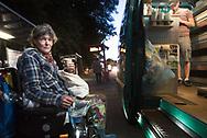 """Über 1000 Menschen schlafen in Hamburg auf der Straße, auch an Wintertagen. Der Mitternachtsbus bringt seit 1996 Hilfe vor Ort. Jeden Abend von 20 bis 24 Uhr fährt ein Team von ehrenamtlichen Helfern durch die Innenstadt. An Bord sind Kaffee, Tee, Kakao, Brühe, Brötchen, Kuchen, Decken und Schlafsäcke. Bis zu 160 obdachlose Menschen werden so bei jeder Tour erreicht.<br /> <br /> Der Leitgedanke """"Kein Mensch soll auf Hamburgs Straßen erfrieren"""" prägt die Arbeit, damals wie heute.<br /> <br /> Neben der Grundversorgung geht es vor allem um den Kontakt und die Zuwendung zu den Menschen, die in der Öffentlichkeit leben, mit denen aber kaum jemand spricht. In den Gesprächen informieren die Ehrenamtlichen auch über weiterführende Hilfsangebote, wie z.B. das warme Mittagessen und die ärztliche Sprechstunde im Diakonie-Zentrum für Wohnungslose."""