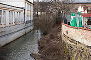 Angler in der Stadt Mlada Boleslav wo sich die Skoda Autowerke befinden. Mlada Boleslav liegt noerdlich von Prag und ist ungefaehr 60 Kilometer von der tschechischen Haupstadt entfernt. Skoda Auto besch&auml;ftigt in Tschechien 23.976 Mitarbeiter (Stand 2006), den Grossteil davon in der Zentrale in Mlada Boleslav. Damit sind mehr als 3/4 aller Erwerbst&auml;tigen der Stadt in dem Automobilkonzern t&auml;tig.<br /> <br />                                     Angler in the city of Mlada Boleslav. The city is located north of Prague and about 60 km away from the Czech capital. Skoda Auto has about 23.976 employees (2006) in Czech Republic and a big part of them is working in Mlada Boleslav. 3/4 of the working population in Mlada Boleslav is working for the Skoda Auto company.