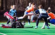 BLOEMENDAAL - Myrthe van Kesteren (Bldaal)  met  keeper Saskia van Duivenboden (Nijm.) hoofdklasse competitie dames, Bloemendaal-Nijmegen (1-1) COPYRIGHT KOEN SUYK