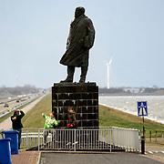 Nederland Den Oever Zurich 22 november 2008 20081122 Foto: David Rozing ..Serie afsluitdijk. De Afsluitdijk is een belangrijke waterkering en verkeersweg in Nederland. De waterkering sluit het IJsselmeer af van de Waddenzee. Hieraan ontleent de dijk zijn naam. De verkeersweg, onderdeel van Rijksweg a7, verbindt Noord-Holland met Friesland....Standbeeld van Cornelis Lely, gemaakt door beeldhouwer Mari Andriessen. Cornelis Lely was in 1913 minister van waterstaat en stond aan de wieg van de afsluitdijk. Mensen maken een foto van het standbeeld.   deltaplan.Foto David Rozing
