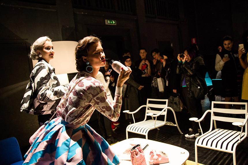 Modele pendant la presentation de 10x10AnItalianTheory by Alessandro Enriquez, a la semaine de la mode de MIlan