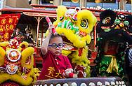 2月15日,美國洛杉磯格倫代爾的頂級時尚與餐飲中心The Americana at Brand舉行慶祝中國農曆新年活動。當天,為迎接羊年的來臨,首先由喜迎新年遊行揭開序幕,由舞龍隊引領遊行隊伍,接著有中韓民俗舞蹈、財神爺、特技功夫表演及踩高蹺等表演。圖為一名小鼓手表演。(新華社發 趙漢榮攝)<br /> A young drummer leads the lion dancers performing during a parade marking the beginning of an event to celebrate the upcoming Spring Festival or Chinese New Year at The Americana at Brand in Los Angeles, California, Sunday, Februray 15, 2015. (Xinhua/Zhao Hanrong)(Photo by Ringo Chiu/PHOTOFORMULA.com)