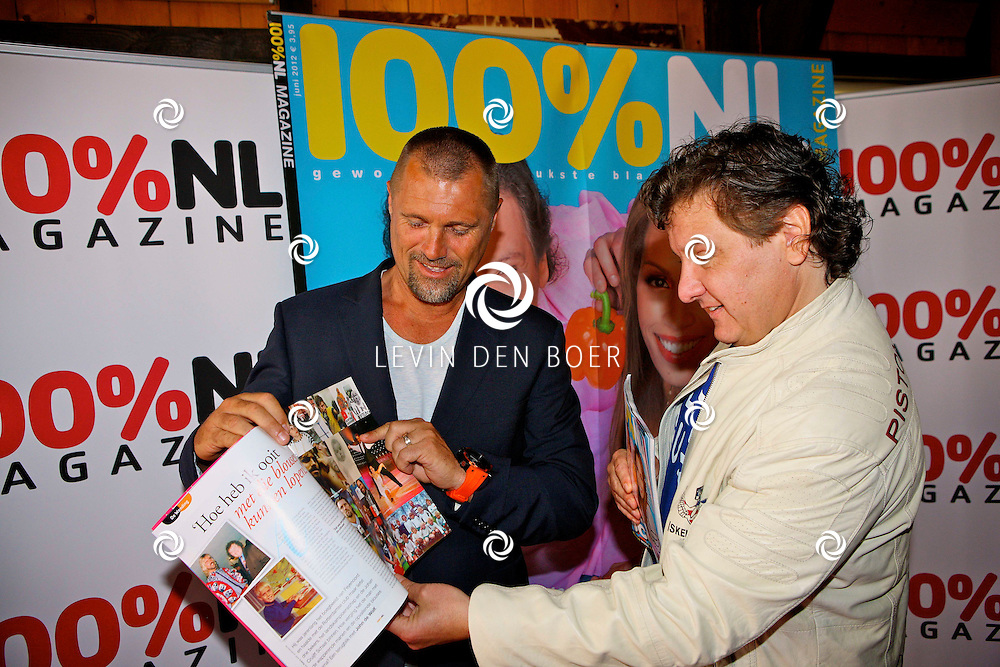 VOLENDAM - Dinsdag 29 mei zal 100procent NL Magazine de Cover onthullen, met als thema -Het EK Voetbal-.  Met op de foto Rene Froger en John de Wolf. FOTO LEVIN DEN BOER - PERSFOTO.NU
