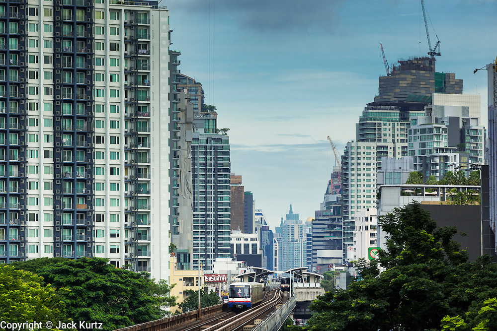 16 JULY 2014 - BANGKOK, THAILAND:   The BTS (Skytrain) line goes into central Bangkok from the eastern edge of the city.    PHOTO BY JACK KURTZ