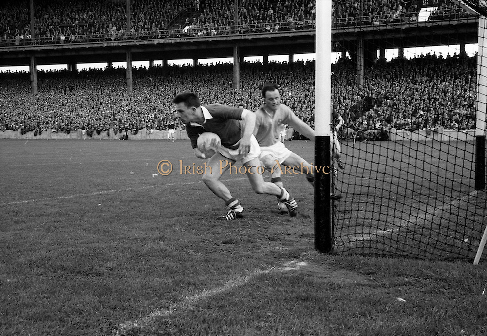 19/08/1962<br /> 08/19/1962<br /> 19 August 1962<br /> All Ireland Football Semi Final: Cavan v Roscommon at Croke Park, Dublin. Cavan goalie S. Flood (in possession)  whips the ball away from the on rushing D. Feeley, Roscommon in the opening stages.