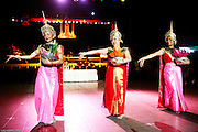 Le trio d'offrande des fleurs à S.A.R régent Savang
