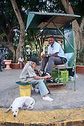 Limpia botas atendiendo a un cliente en una de las esquinas del parque de Santa Ana. Panama, 5 de enero de 2012. (Victoria Murillo/Istmophoto)