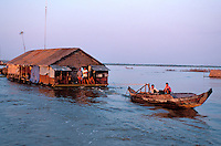 Asie du Sud Est, Cambodge, lac de Tonle Sap, Réserve de la Biosphère, Patrimoine UNESCO en 1997, village flottant de pêcheurs vietnamiens de Chong Kneas, maison flottante // Southeast Asia, Cambodia, Tonle Sap lake, Biosphere reserve of UNESCO in 1997, Chong Kneas, floating vietnamien village, floating house