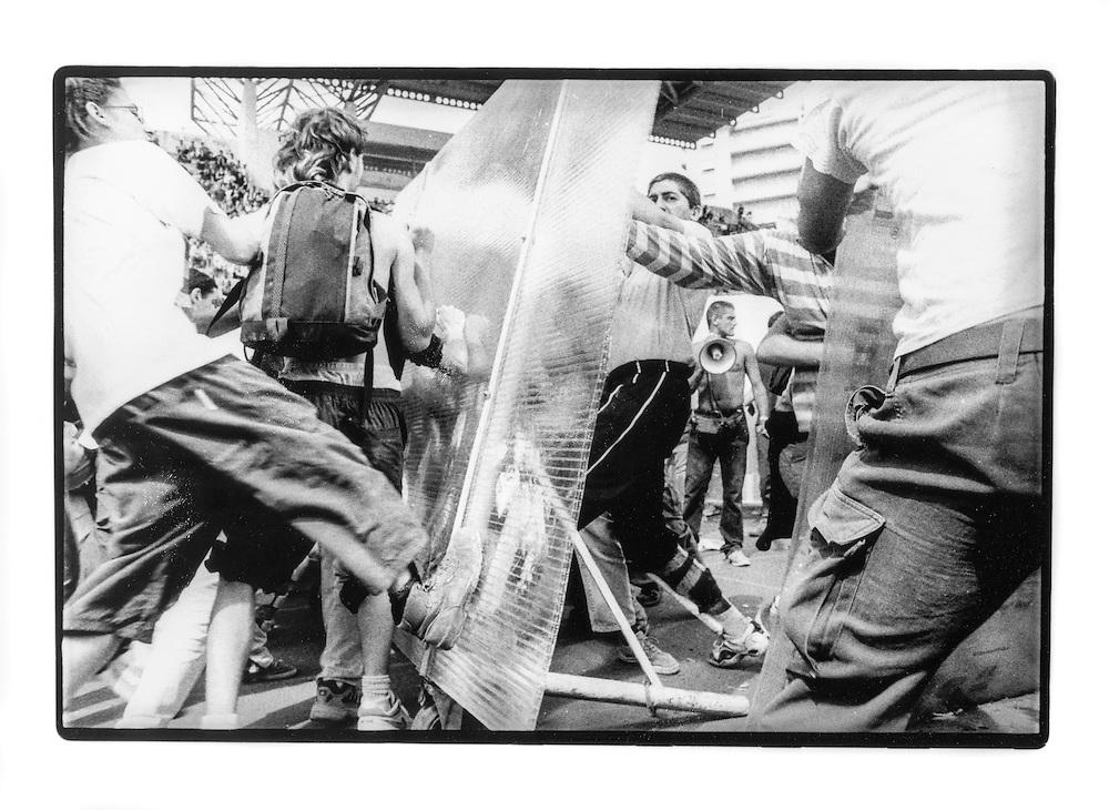 Proteste contro il summit del G8, Genova luglio 2001. Venerdì 20 luglio, corteo dei Disobbedienti. Manifestanti provano i grossi scudi da usare come protezione dalle cariche della polizia. Campeggio dello stadio Carlini.