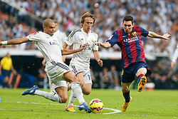 25.10.2014, Estadio Santiago Bernabeu, Madrid, ESP, Primera Division, Real Madrid vs FC Barcelona, 9. Runde, im Bild Real Madrid´s Pepe (L) and Luka Modric and Barcelona´s Leo Messi (R) // during the Spanish Primera Division 9th round match between Real Madrid CF and FC Barcelona at the Estadio Santiago Bernabeu in Madrid, Spain<br /> <br /> ***** NETHERLANDS ONLY *****
