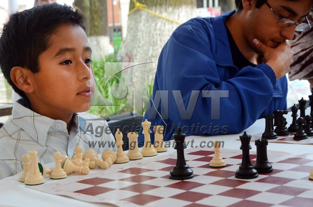 TOLUCA, Mexico.-  Niños, jóvenes y adultos se dieron cita en la Alameda Central de la Ciudad Capital, para participar en el torneo de ajedrez, que organizo la asociación de ajedrecistas del Estado de México, y que tuvo una gran participación. Agencia MVT. José Hernández.  (DIGITAL)