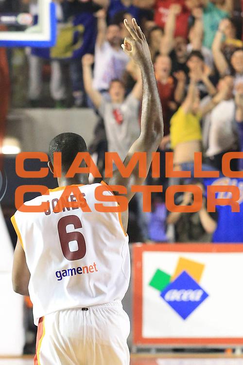 DESCRIZIONE : Roma Lega A 2012-2013 Acea Roma Trenkwalder Reggio Emilia playoff quarti di finale gara 7<br /> GIOCATORE : Jones Bobby<br /> CATEGORIA : mani esultanza<br /> SQUADRA : Acea Roma<br /> EVENTO : Campionato Lega A 2012-2013 playoff quarti di finale gara 7<br /> GARA : Acea Roma Trenkwalder Reggio Emilia<br /> DATA : 21/05/2013<br /> SPORT : Pallacanestro <br /> AUTORE : Agenzia Ciamillo-Castoria/M.Simoni<br /> Galleria : Lega Basket A 2012-2013  <br /> Fotonotizia : Roma Lega A 2012-2013 Acea Roma Trenkwalder Reggio Emilia playoff quarti di finale gara 7<br /> Predefinita :