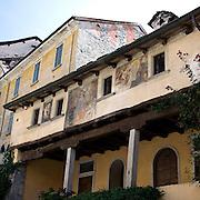 Affreschi sulla facciata di un'abitazione privata in via Albertoletti a Orta..Frescoes on facade of private house in Orta