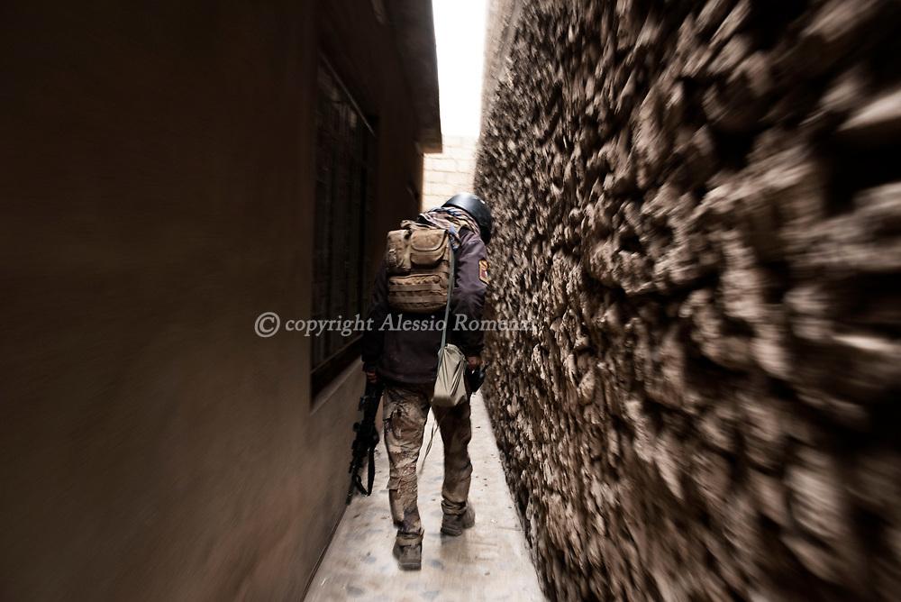 Iraq, Mosul: A member of the Golden Divison walks in a newly liberated area. Alessio Romenzi