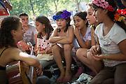 Freiwillige Helfer musizieren vor  dem Berliner LaGeSo(Landesamt für Gesundheit und Soziales) mit Flüchtlingskindern. Mehrere hundert Flüchtlinge harren seit Tagen unter freiem Himmel aus, um sich in dem Amt registrieren zu lassen.