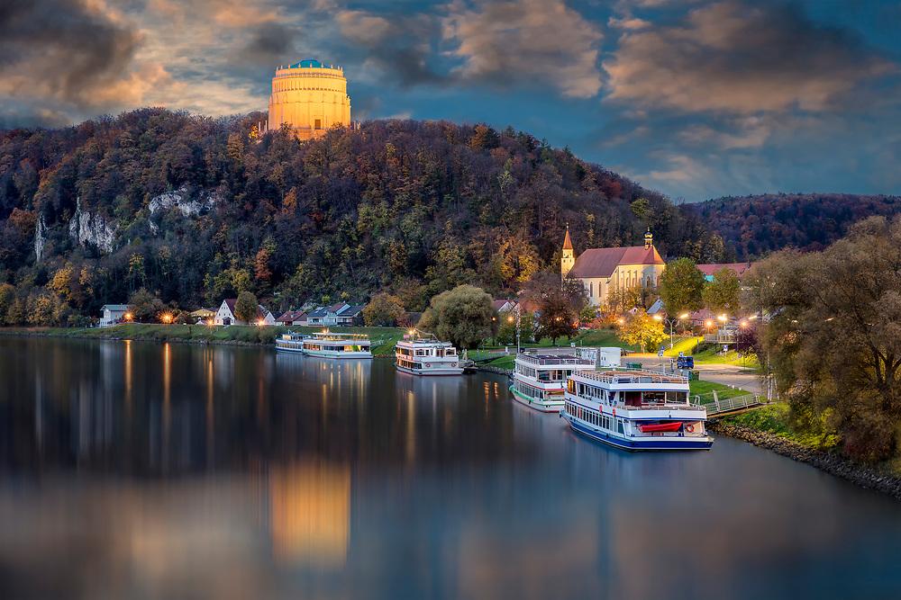 Abendlicher Blick von Kelheim in Richtung Michelsberg wo die Befreiungshalle 126 Meter hoch über der Donau thront. Die Befreiungshalle hat jetzt auch einen barrierefreien Zugang für die Besucher.