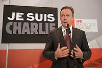 """08 JAN 2015, BERLIN/GERMANY:<br /> Thomas Oppermann, SPD Fraktionsvorsitzender, gibt ein Statement vor Beginn einer Klausurtagung der SPD  Fraktion, im Hintergrund der Schriftzug """"JE SUIS CHARLIE"""" als Solidaritaetsbekundung gegenüber den am Vortag ermordeten Mitarbeitern des franzoesischen Satiere-Magazins """"Charlie Hebdo"""", Fraktionsebene, Deutscher Bundestag<br /> IMAGE: 20150108-01-003"""