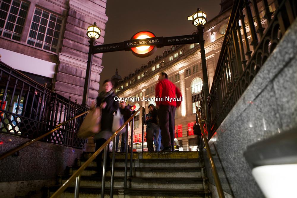 London 2011Tunnelbane skylt i centrala London turister city storstad folk rusning t-bana Underground<br /> <br /> <br /> FOTO : JOACHIM NYWALL KOD 0708840825_1<br /> COPYRIGHT JOACHIM NYWALL<br /> <br /> ***BETALBILD***<br /> Redovisas till <br /> NYWALL MEDIA AB<br /> Strandgatan 30<br /> 461 31 Trollh&auml;ttan<br /> Prislista enl BLF , om inget annat avtalas.